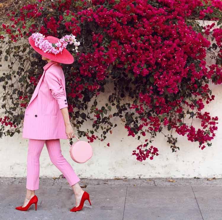 look-rosa-com-detalhes-em-vermelho