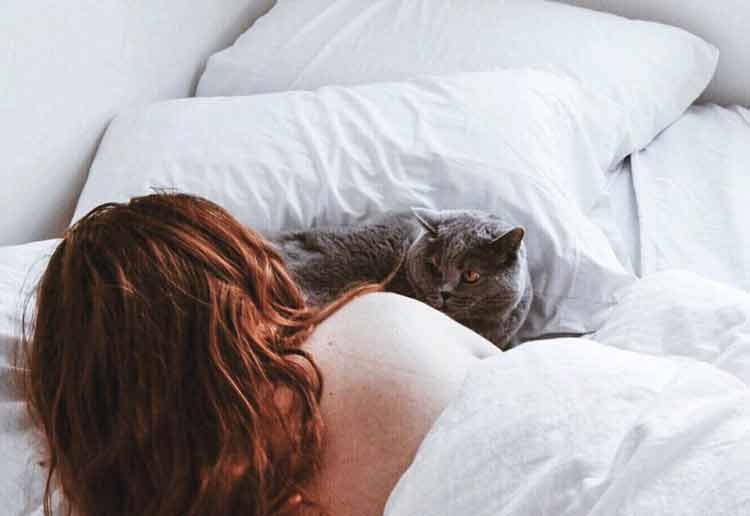 mulher-dormindo-com-gato