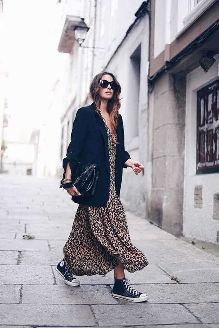 vestido-longo-de-onça-com-blazer-preto-e-all-star