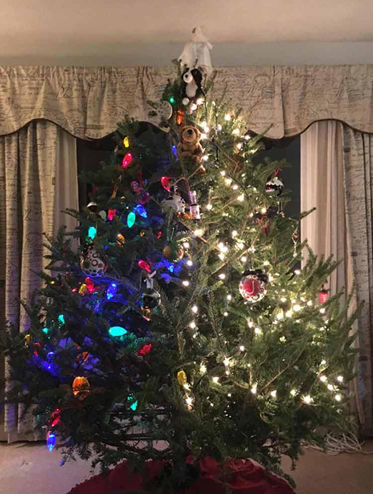 arvore-de-natal-com-muita-decoração