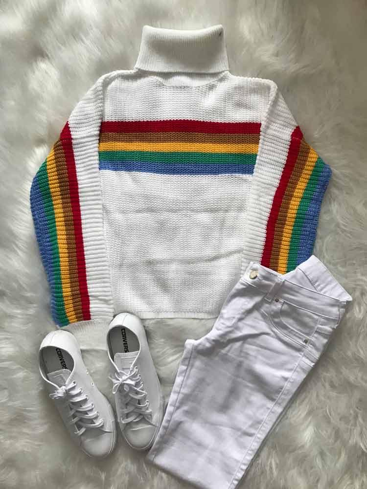 blusa-de-lã-branca-listra-colorida,-calça-branca-e-all-star-branco