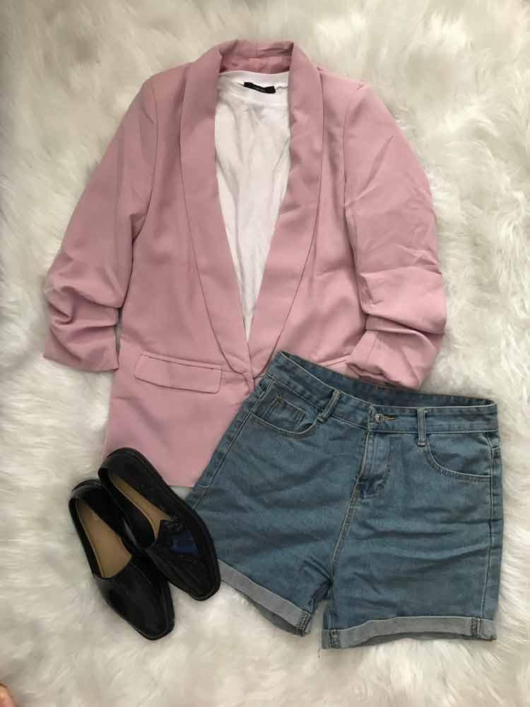 sgorte-jeans,-camiseta-branca,-blazer-rosa-e-melissa