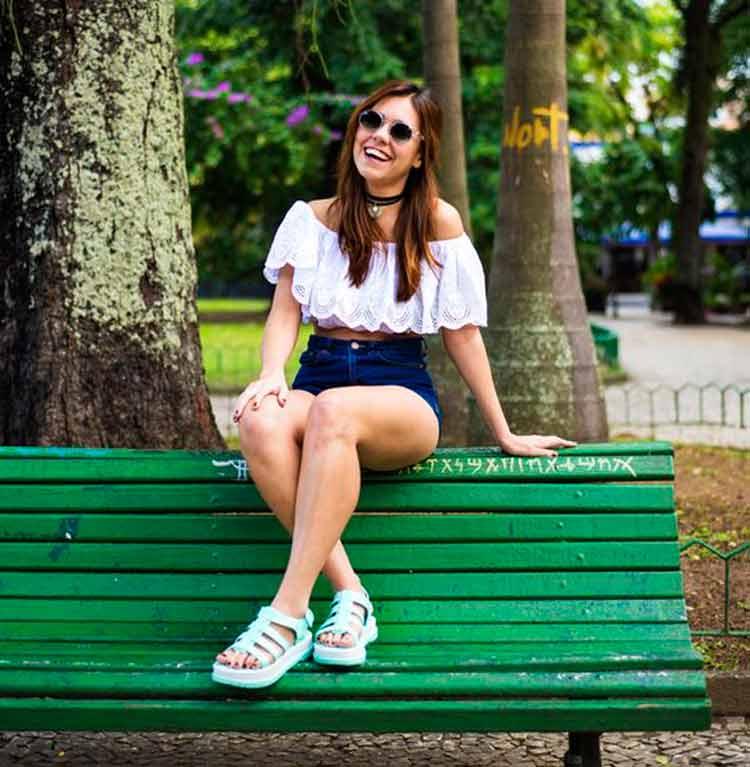 shorts-jeans-e-blusa-ombro-a-ombro-branco-verão