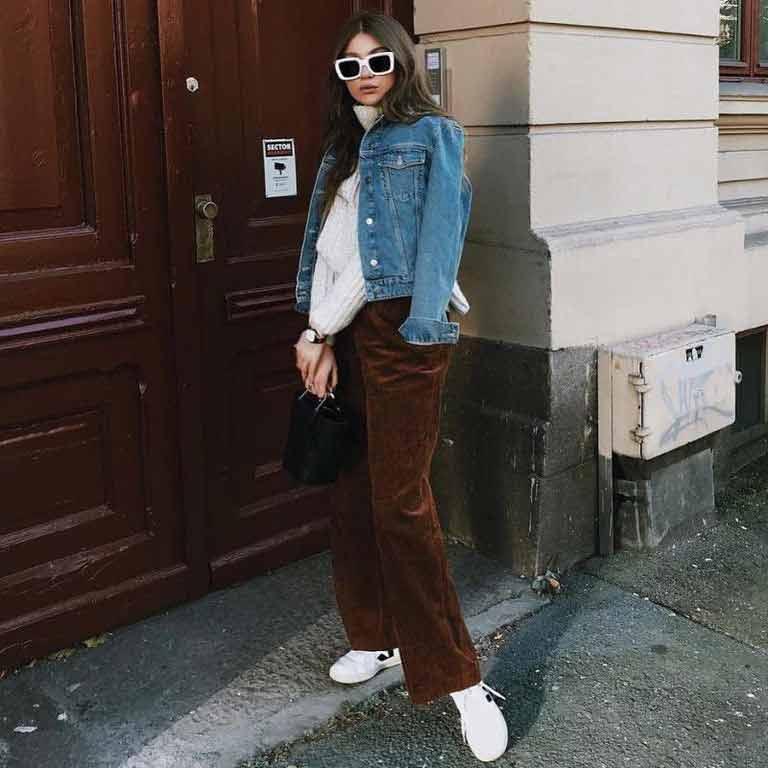 tenis-veja-calça-marrom-e-jaqueta-jeans