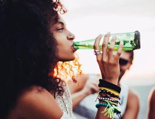 mulher-bebendo-cerveja