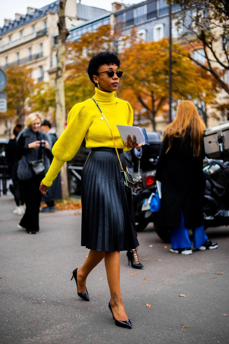 look-saia-plissada-midi-preta-e-blusa-de-lã-amarela