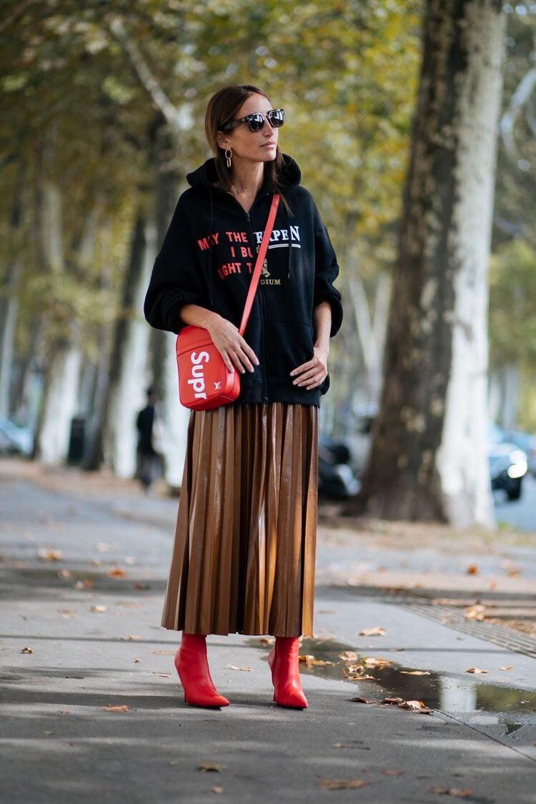 saia-plissada-marrom,-moletom-preto-e-bota-vermelha