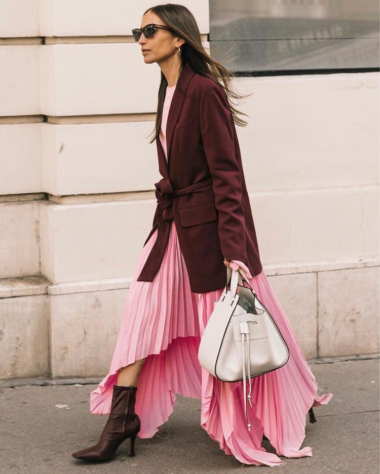 saia-plissada-rosa-longa-com-blazer-por-cima