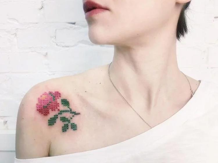 tatuagem-bordada-de-flor-no-ombro