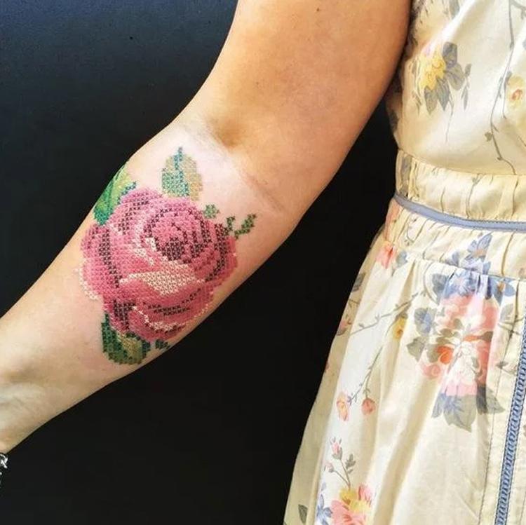 tatuagem-bordada-de-rosa-no-braço