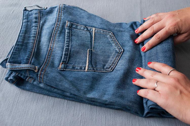 arrumar-mala-enrolando-as-roupas