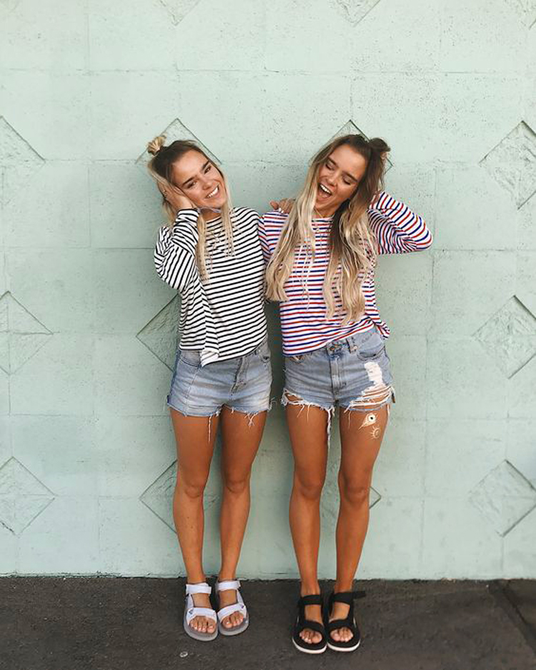 bermuda-jeans-camiseta-listrada-e-sandalia-de-turista-papete