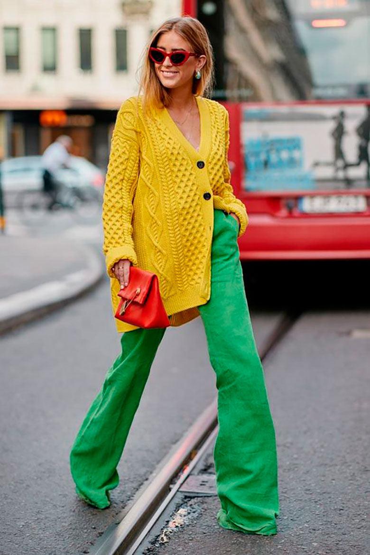 looks-com-bolsa-clutch-colorido-calça-verde-e-cardigan-amarelo