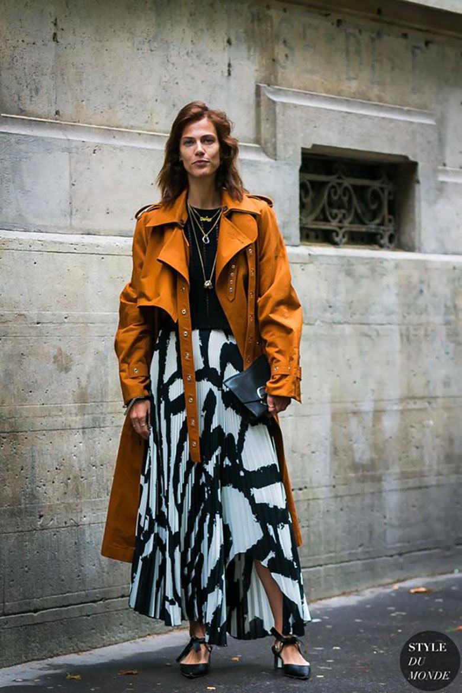 looks-com-bolsa-clutch-saia-plissada-estampada-e-trench-coat-marrom
