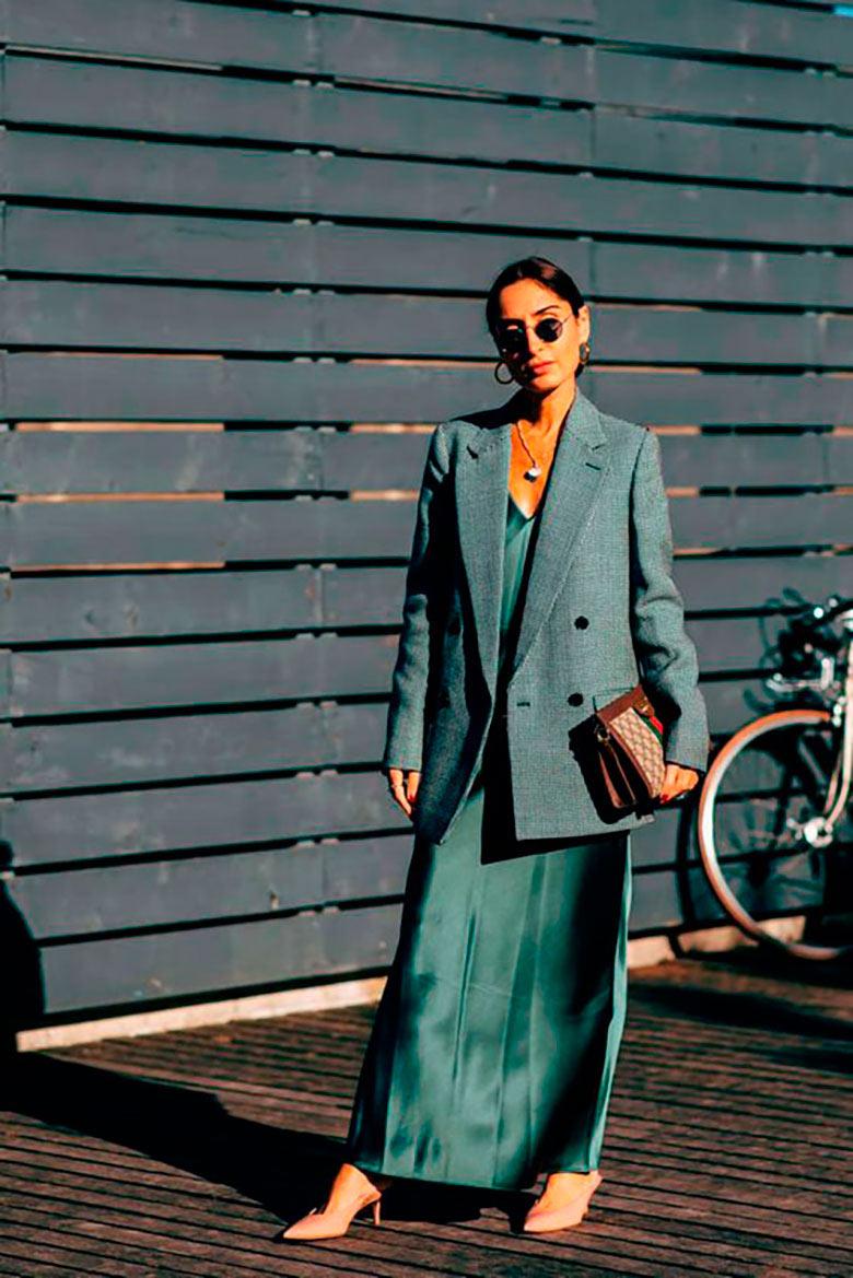 looks-com-bolsa-clutch--vestido-longo-verde-de-seda-e-blazer
