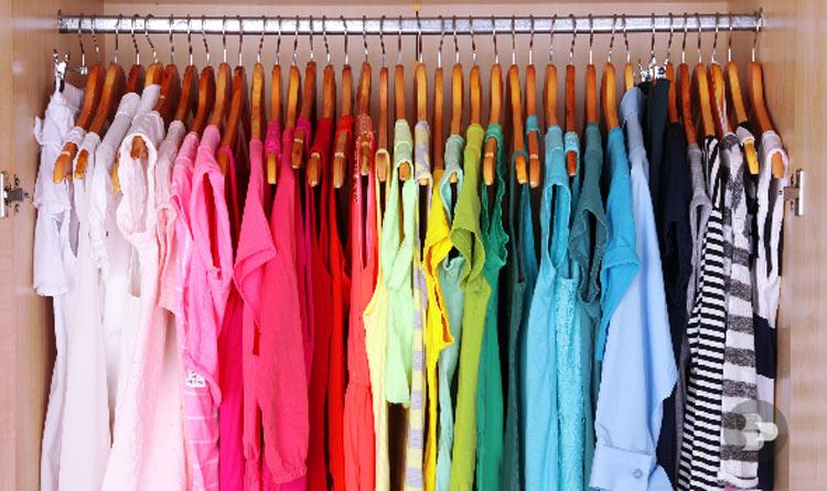 roupas-em-cabide-guarda-roupa-organizado