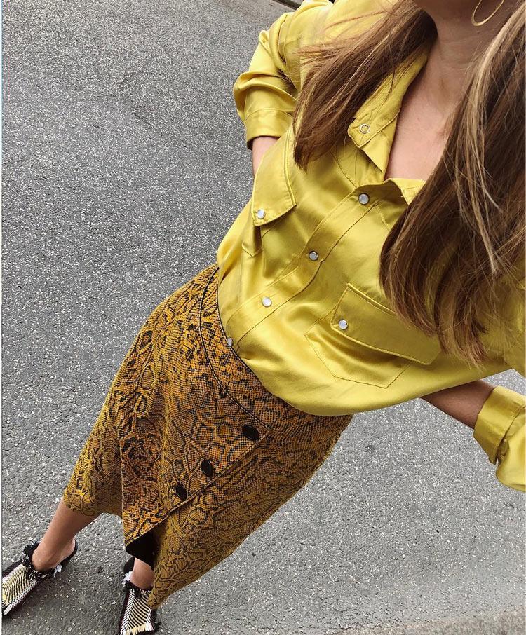 saia-estampa-de-cobra-mostarda-com-botões-na-frente-e-camosa-de-cetim-amarela