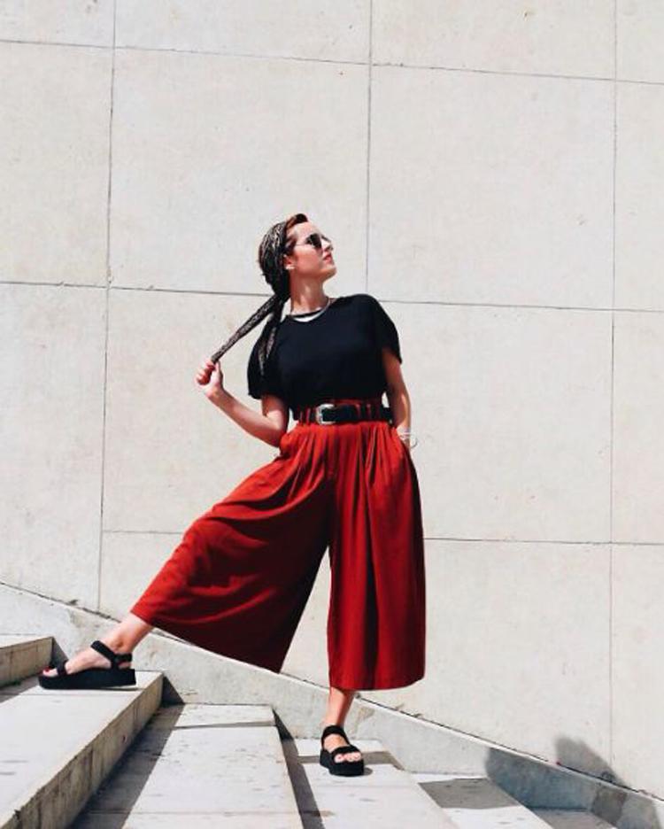 sandalia-de-turista-papete-com-calça-pantacourt-vermelha-e-camiseta-preta
