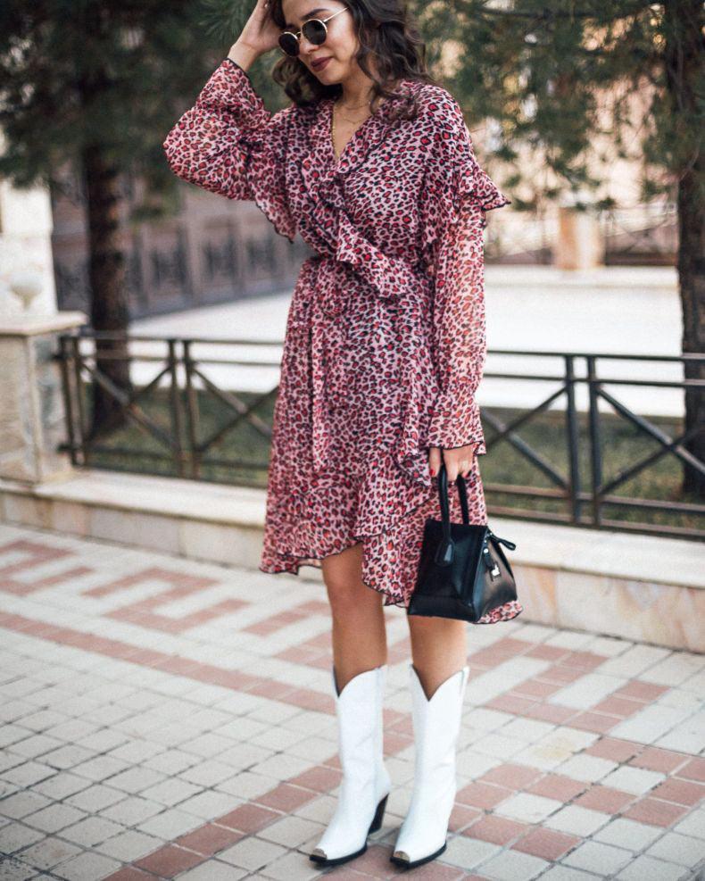 vestido-de-onça-rosa-e-botas-de-cowboy-branca