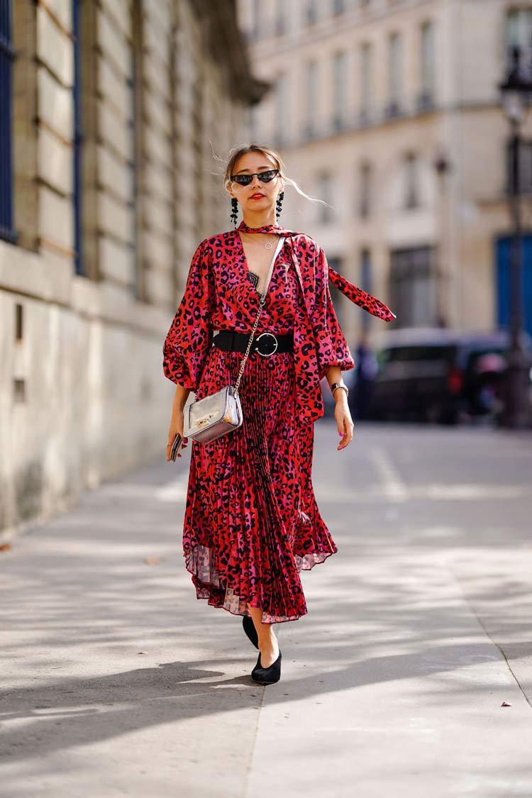 vestido-vermelho-cinto-preto-fivela-redonda
