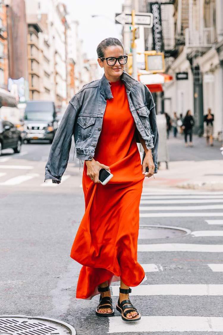 vestido-vermelho-e-jaqueta-jeans