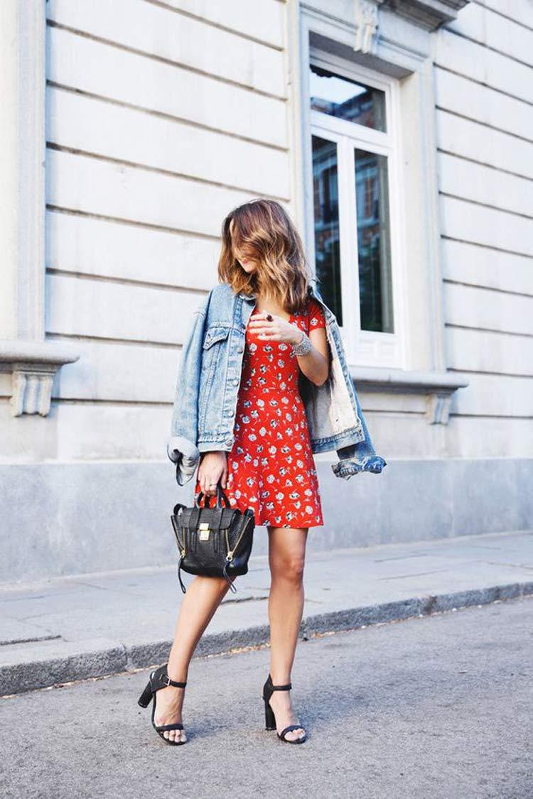 vestido-vermelho-estampado-e-jaqueta-jeans