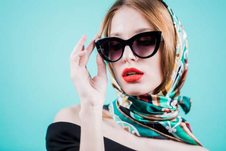 Lenço-na-cabeça-camponesa-com-óculos-grande
