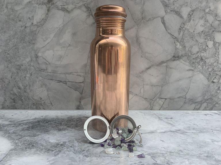 garrafa-de-cobre-com-pedras-para-beber