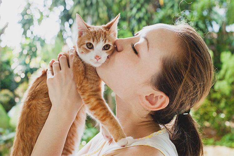mulher-beijando-gato-laranja