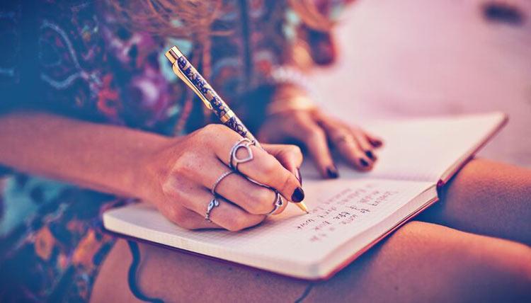mulher-escrevendo-diario