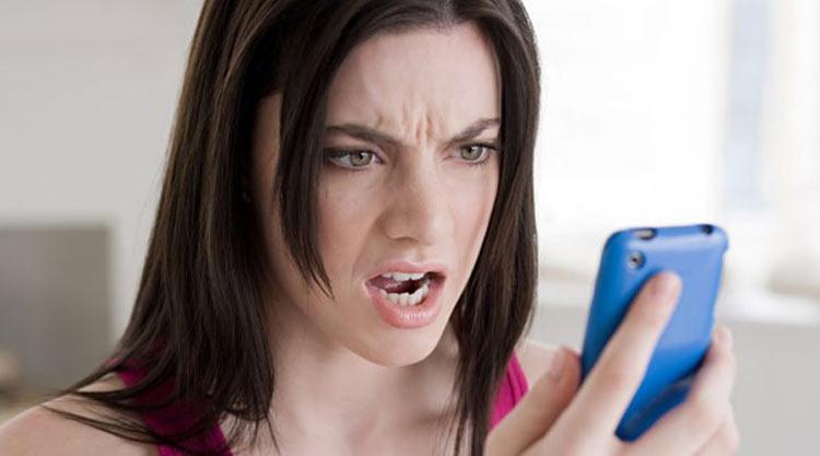 mulher-irritada-no-celular