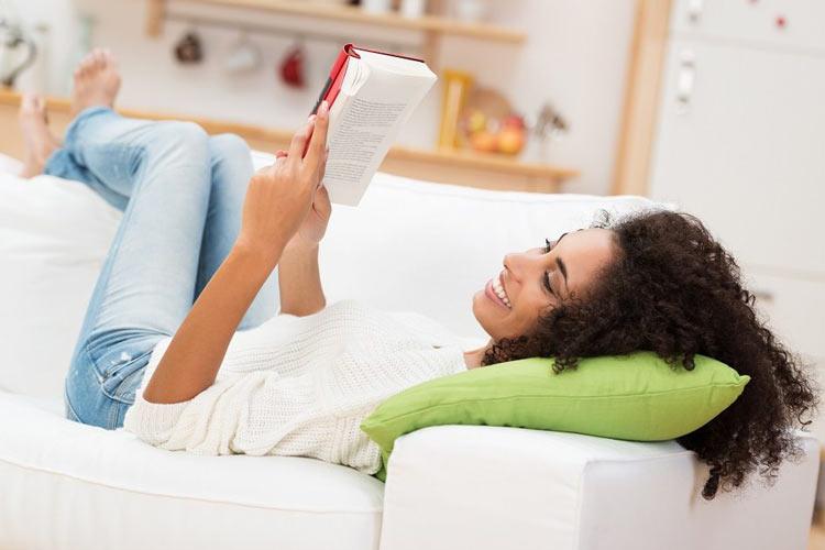 mulher-lendo-livro-no-sofa