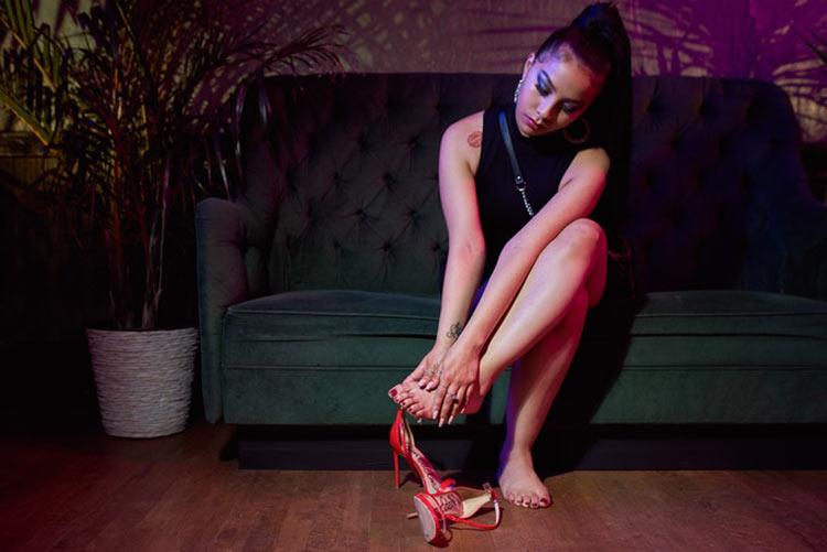 mulher-sentada-com-dor-nos-pés