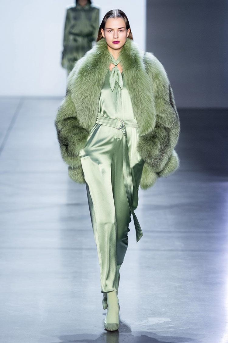 neo-mint-verde-menta-cor-verão-2020-looks-cetim-e-casaco-de-pele