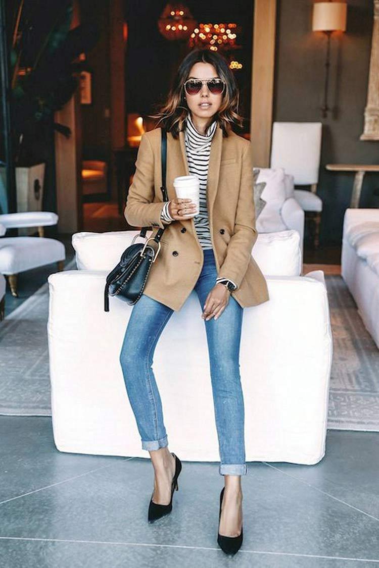 calça-jeans-blusa-listrada-e-blazer-bege