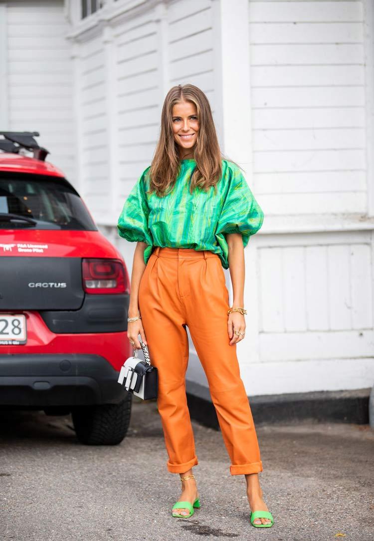 calça-laranja-e-blusa-verde-
