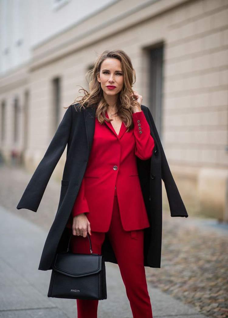 look-terno-vermelho-de-trabalho-e-casaco-preto
