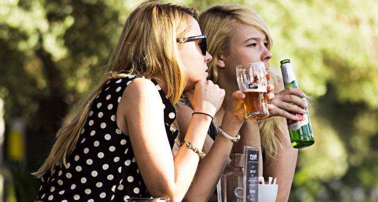 mulheres-bebendo