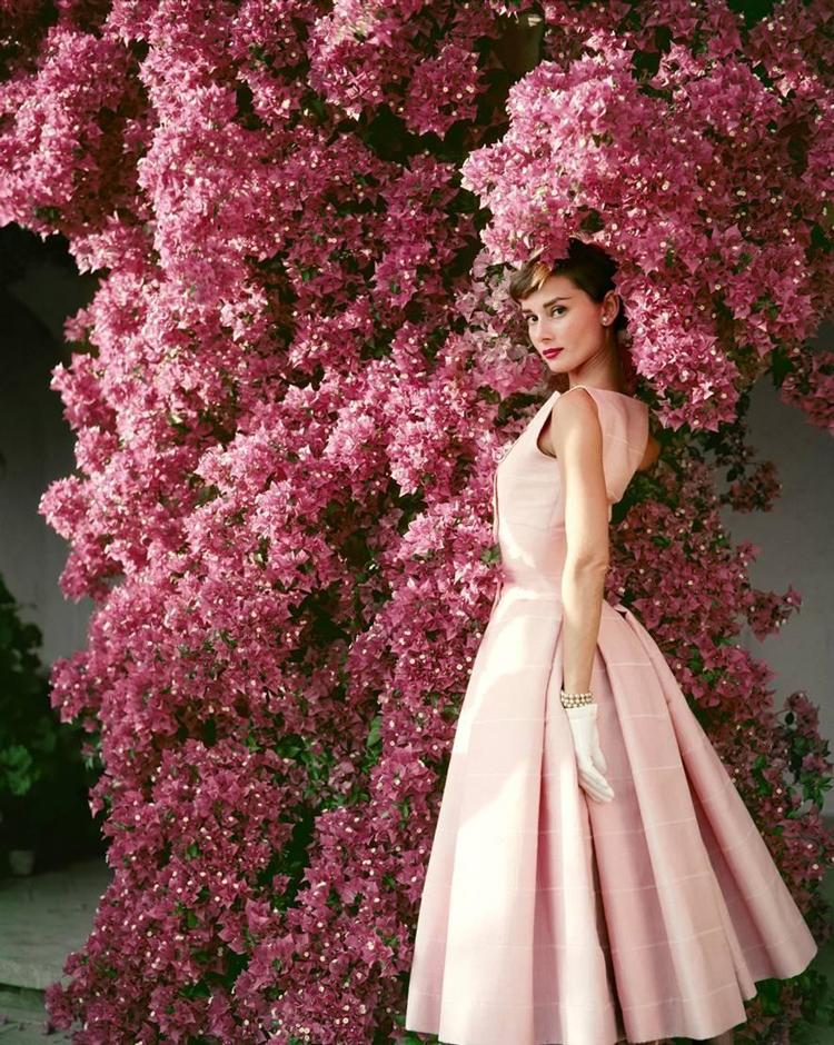 Audrey-Hepburn-de-vestido-rosa