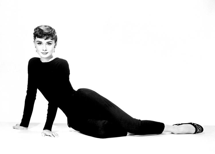 Audrey-Hepburn-no-chão-look-preto
