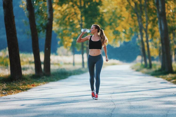 caminhar-faz-bem-para-saude-e-mente