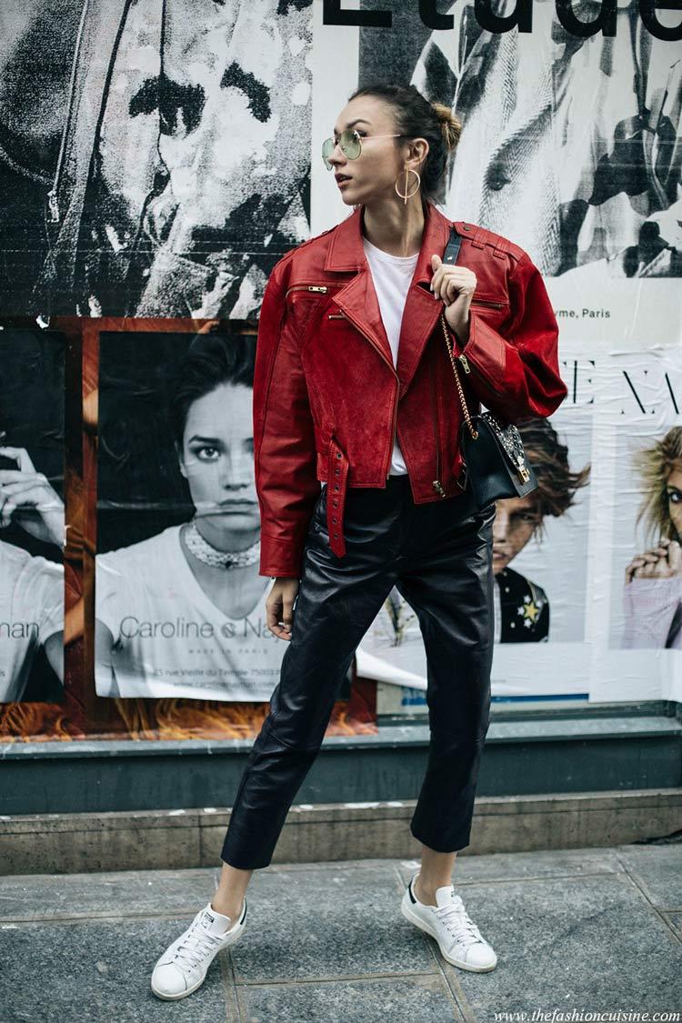 jaqueta-de-couro-vermelha-camiseta-branca-calça-preta-e-tênis