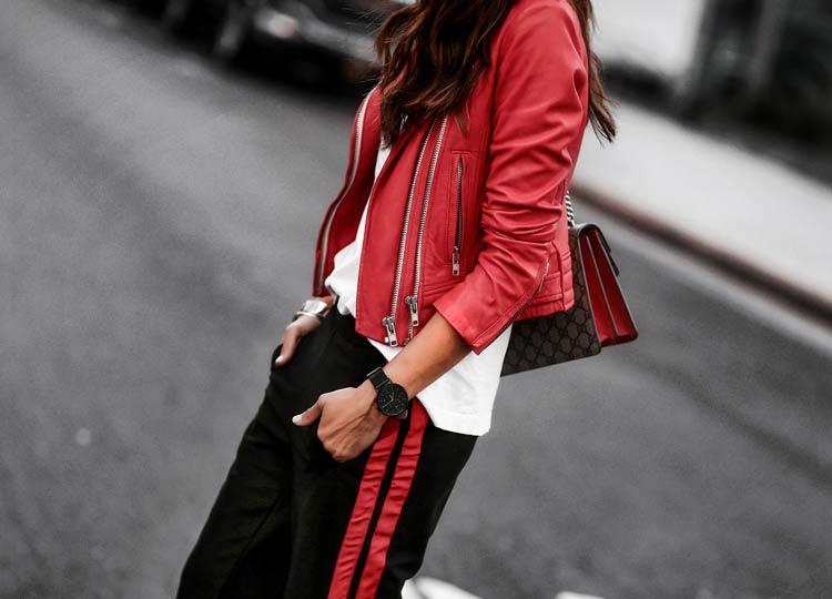 jaqueta-de-couro-vermelha-e-calça-esportiva