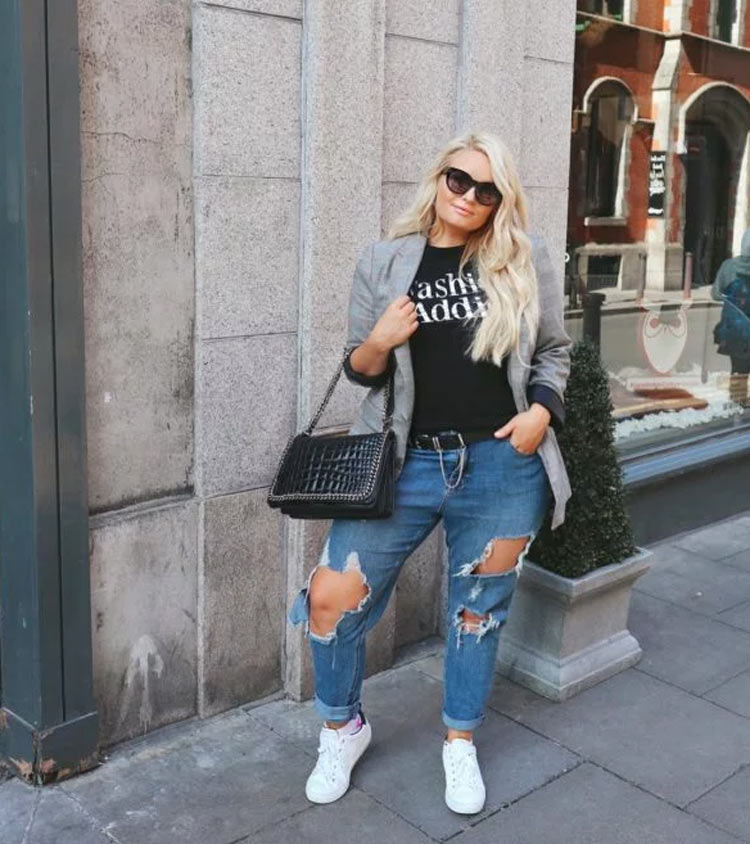 look-plus-size-calça-jeans-camiseta-e-blazer