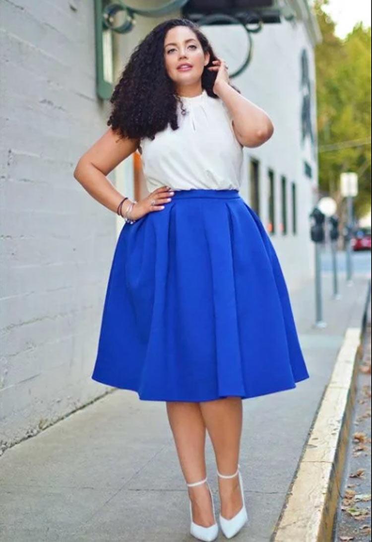 look-plus-size-saia-azul-e-blusa-branca