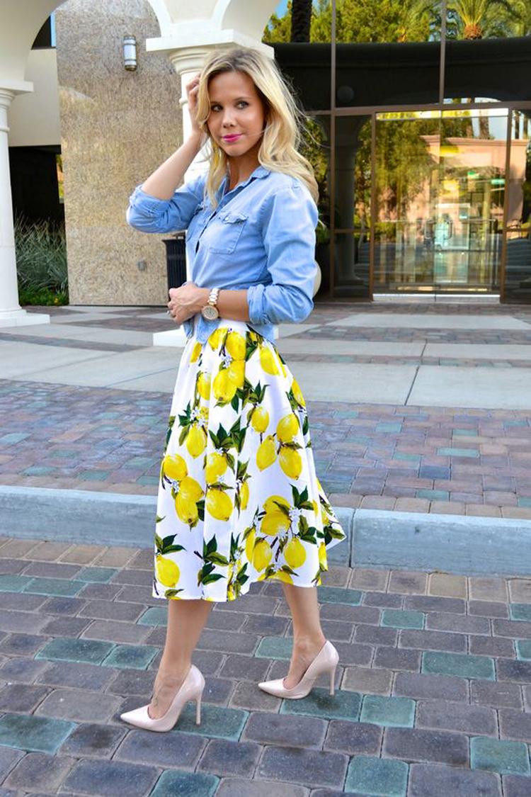 saia-midi-estampa-de-limão-e-camisa-jeans