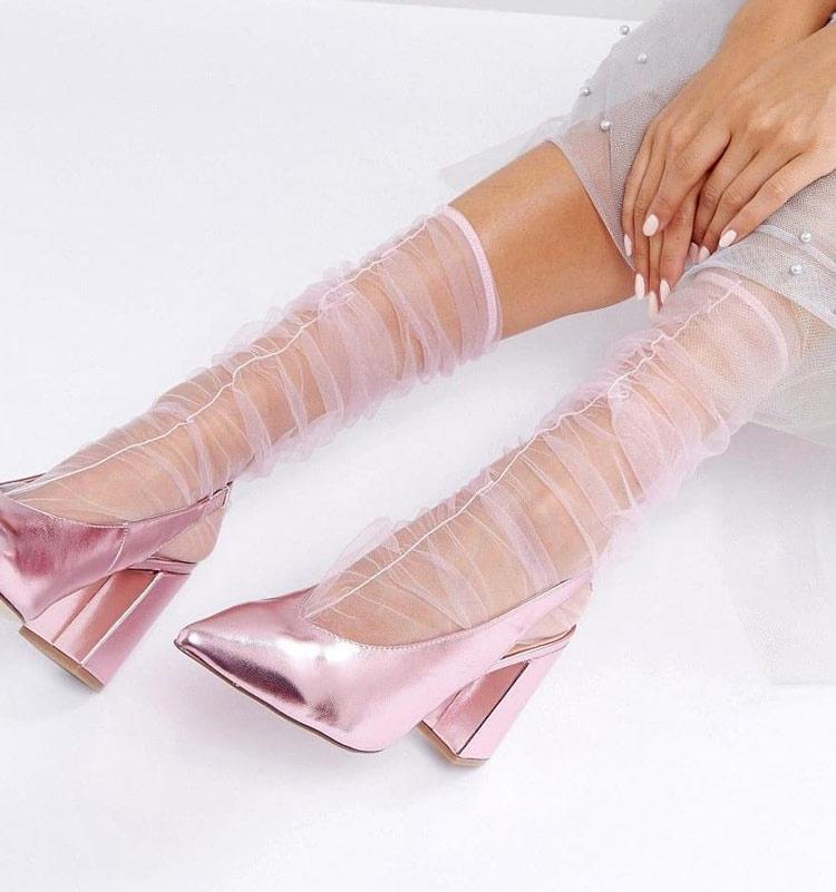 meia-transparente-rosa-e-sapato-rosa-metálico