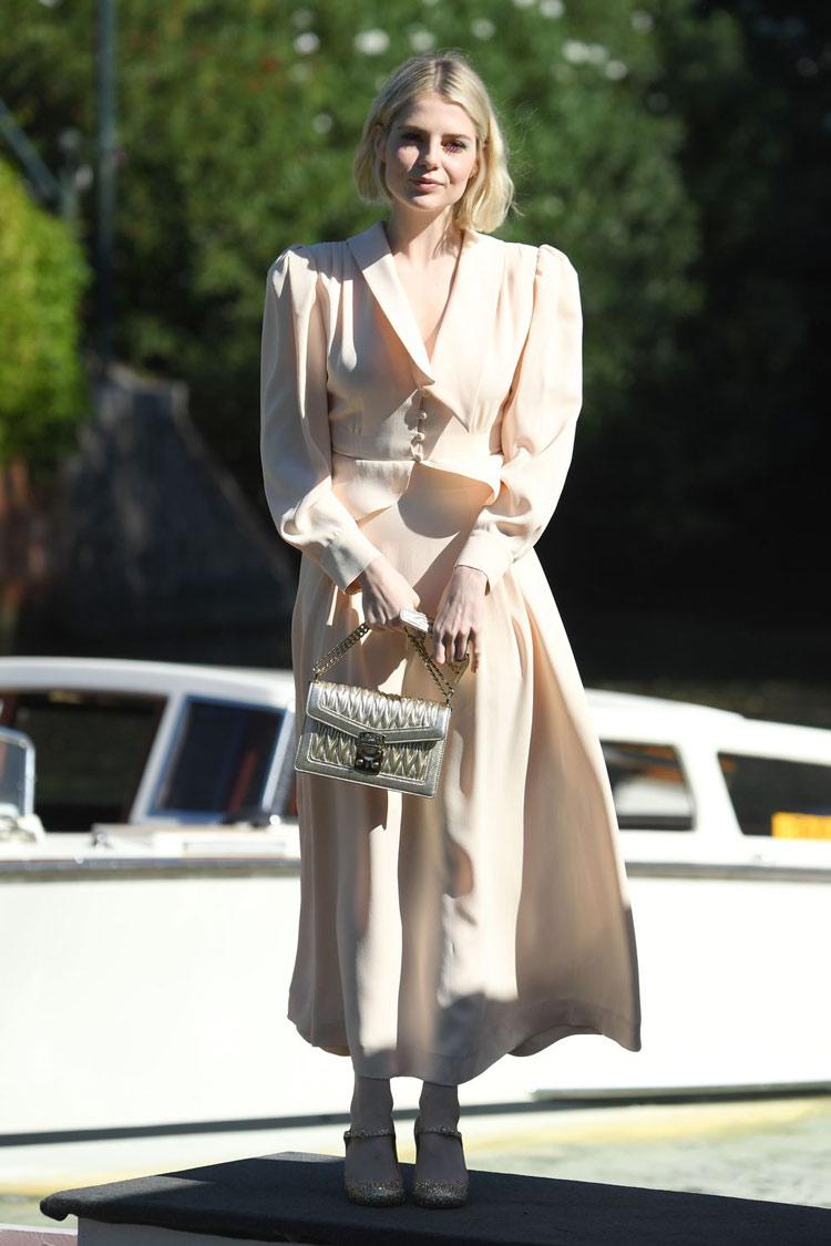 vestido-longo-bege-claro-com-calçado-mary-jane