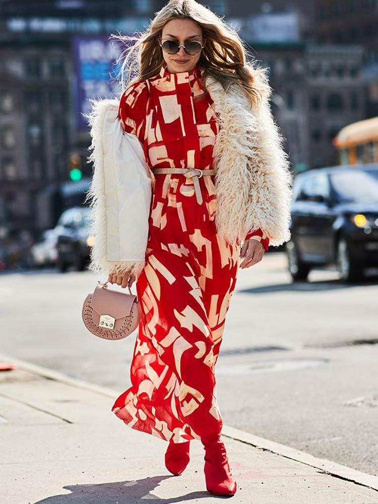 vestido-vermelho-casaco-de-pele-bege