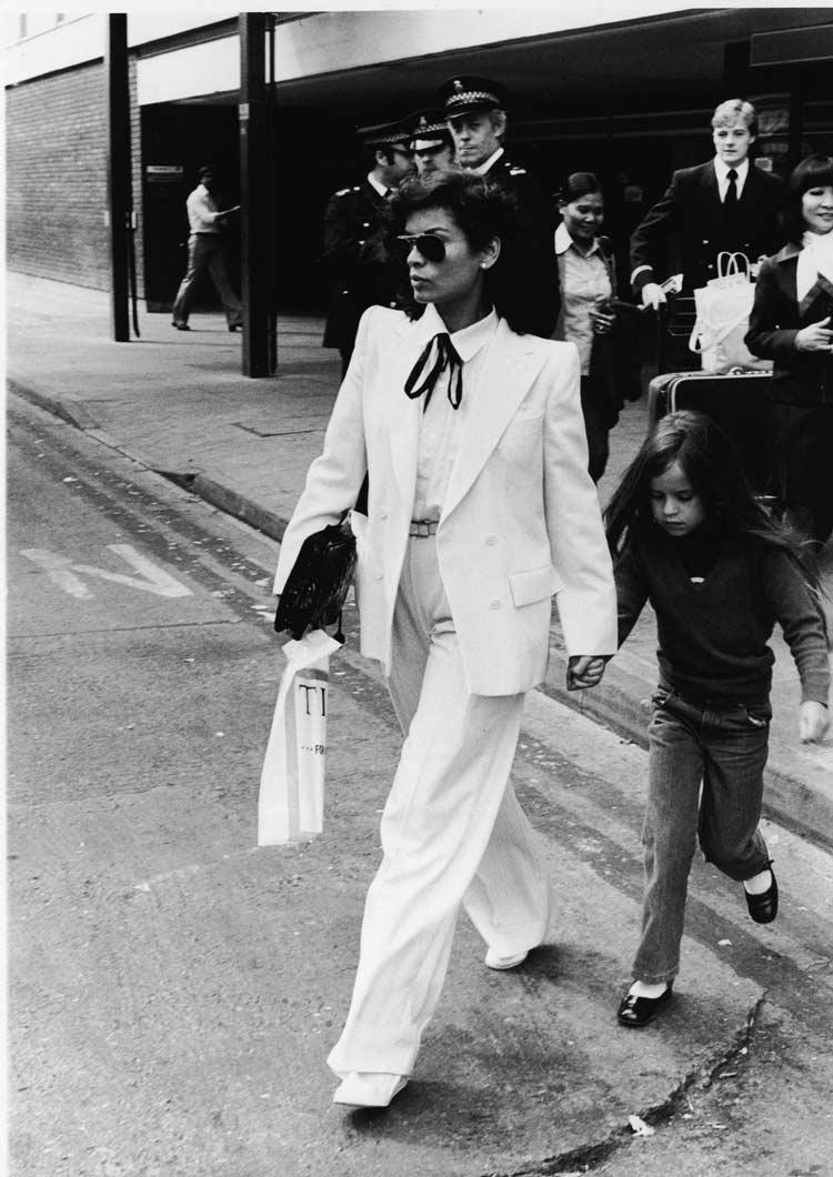 Bianca-Jagger-com-terno-branco